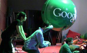 A Google-ben számtalan szolgáltatást nyújtanak alkalmazottaiknak. Köztük van a székes masszázs, a wellness, illetve videojátéktermek.