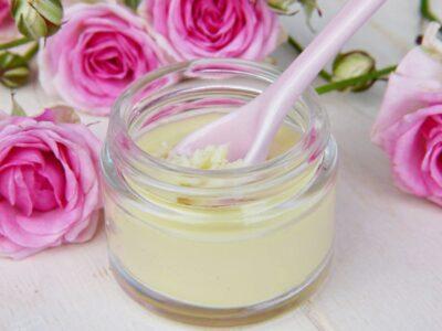 A shea vaj jótékony hatásai segítenek puhává varázsolni a bőrünket.